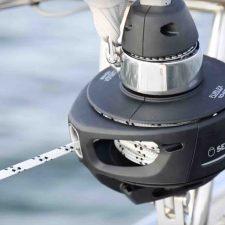 Rolreef systeem Furlex 104 S van Seldén met lijn er doorheen op zeilschip