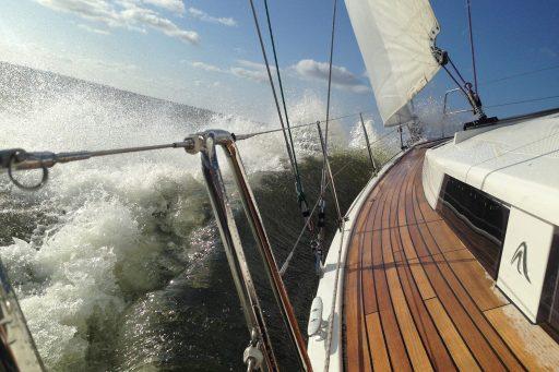 Zeerailing met RVS kabel op zee in de golven - CS.RIGGING