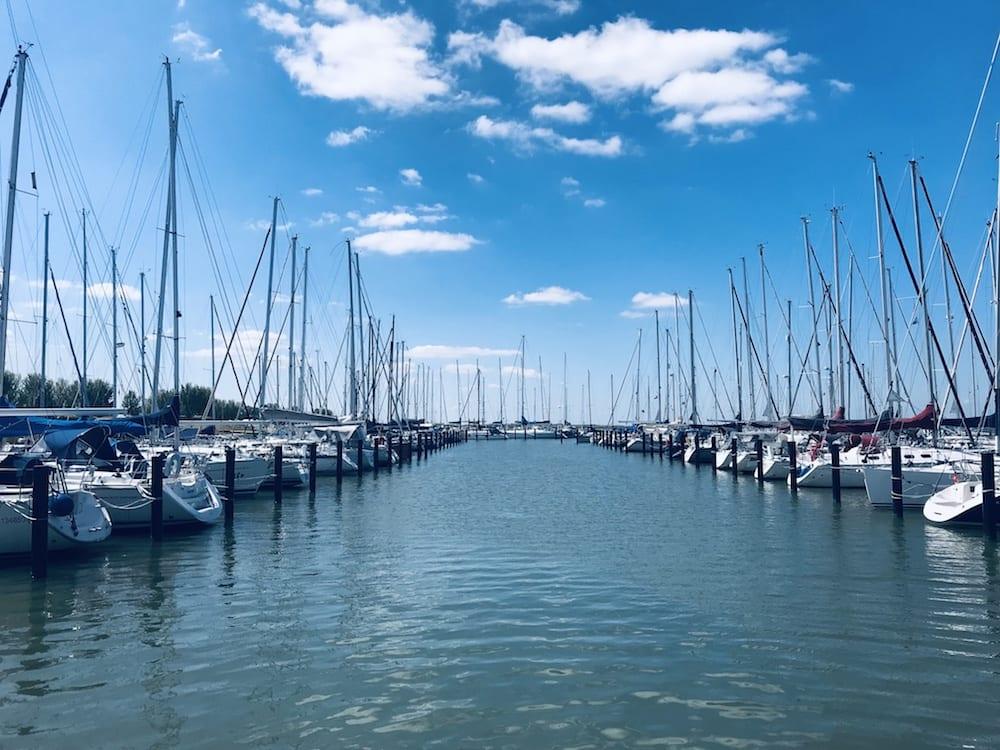 Zeilschepen liggen in Jachthaven Lelystad Haven